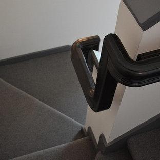 Foto de escalera en L, ecléctica, de tamaño medio, con escalones enmoquetados y contrahuellas enmoquetadas