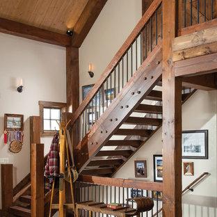 Cette photo montre un escalier sans contremarche montagne en L avec des marches en bois et un garde-corps en matériaux mixtes.