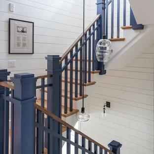 Immagine di una piccola scala a rampa dritta chic con pedata in legno, alzata in legno e parapetto in legno