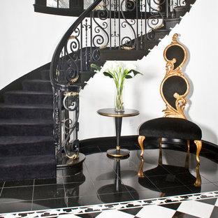 Diseño de escalera curva, ecléctica, grande, con escalones de madera, contrahuellas de madera y barandilla de varios materiales