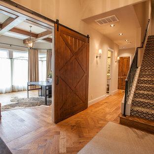 Ejemplo de escalera recta, tradicional renovada, grande, con escalones enmoquetados y contrahuellas enmoquetadas