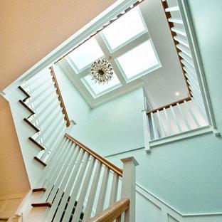 メルボルンの中サイズの木のトラディショナルスタイルのおしゃれな折り返し階段 (フローリングの蹴込み板) の写真