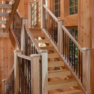 Imagen de escalera suspendida, de estilo americano, con escalones de madera y contrahuellas de madera