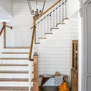 """Idee per una scala a """"L"""" country con pedata in legno, alzata in legno e parapetto in legno"""