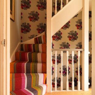 Новые идеи обустройства дома: маленькая изогнутая лестница с ступенями с ковровым покрытием и ковровыми подступенками