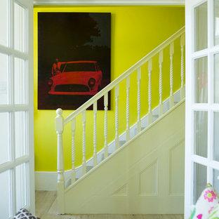 Новые идеи обустройства дома: прямая лестница в стиле фьюжн
