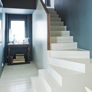 Cette photo montre un escalier tendance en L.
