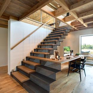 Immagine di una scala a rampa dritta contemporanea con pedata in legno e alzata in metallo