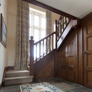 Country Treppe in L-Form mit Teppich-Treppenstufen und Teppich-Setzstufen in Gloucestershire