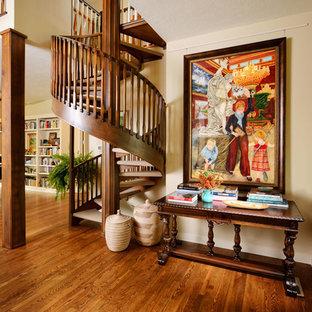 Foto di una scala a chiocciola stile americano di medie dimensioni con pedata in moquette e nessuna alzata