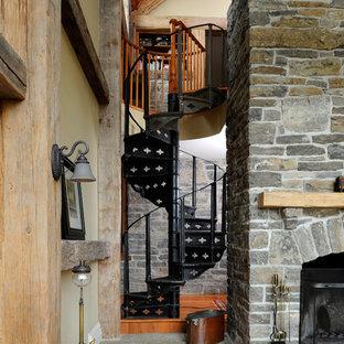 Пример оригинального дизайна: винтовая лестница в стиле кантри