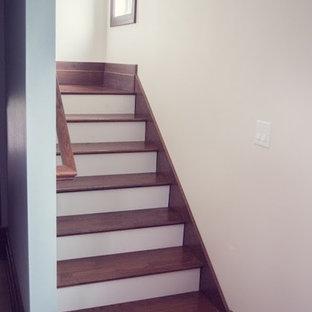 Modelo de escalera recta, de estilo de casa de campo, de tamaño medio, con escalones de madera