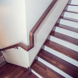 Diseño de escalera recta, de estilo de casa de campo, de tamaño medio, con escalones de madera