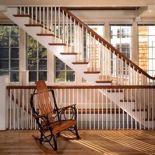 Foto de escalera suspendida, campestre, grande, con escalones de madera y contrahuellas de madera pintada