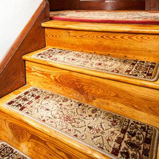 Foto de escalera recta, tradicional, pequeña, con escalones enmoquetados y contrahuellas de madera