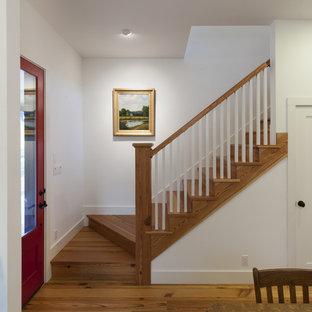 Imagen de escalera de estilo de casa de campo con escalones de madera y contrahuellas de madera
