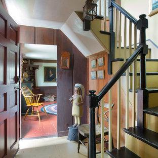 Diseño de escalera en U, de estilo de casa de campo, pequeña, con escalones de madera pintada y contrahuellas de madera pintada