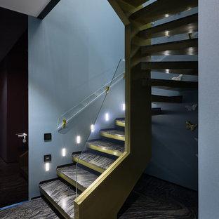 他の地域の中サイズの大理石のモダンスタイルのおしゃれならせん階段 (ガラスの手すり) の写真