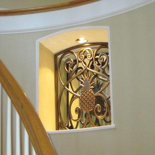 タンパのトロピカルスタイルのおしゃれな階段の写真