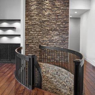 Imagen de escalera curva, de estilo americano, de tamaño medio, sin contrahuella, con escalones enmoquetados y barandilla de madera