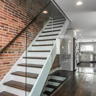 Gerade, Kleine Moderne Holztreppe mit gebeizten Holz-Setzstufen in Baltimore