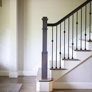 Imagen de escalera recta, tradicional renovada, de tamaño medio, con escalones de madera, contrahuellas de madera pintada y barandilla de metal