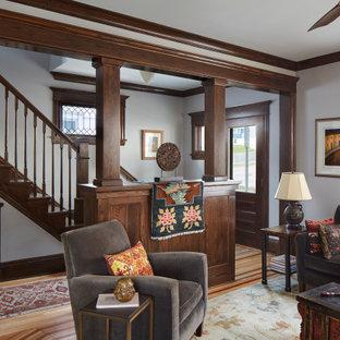 Ejemplo de escalera recta, de estilo americano, con barandilla de madera