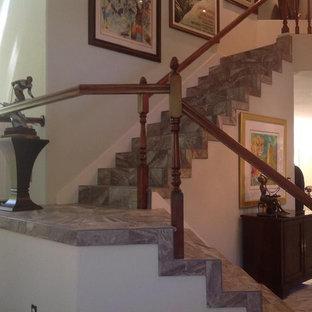 Modelo de escalera en L, bohemia, de tamaño medio, con escalones con baldosas y contrahuellas con baldosas y/o azulejos