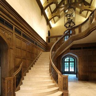 ダラスの中くらいのタイルのトラディショナルスタイルのおしゃれなサーキュラー階段 (タイルの蹴込み板、木材の手すり) の写真