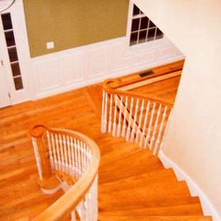 Modelo de escalera recta, tradicional, de tamaño medio, con escalones de madera y contrahuellas de madera pintada