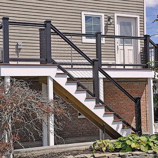Ejemplo de escalera recta, costera, de tamaño medio, con escalones de madera pintada