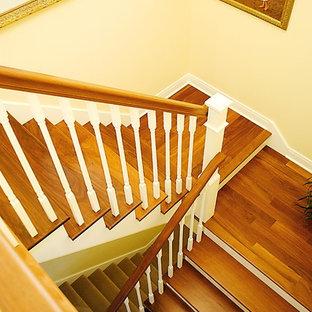 Imagen de escalera en U, costera, grande, con escalones de madera y contrahuellas de madera pintada