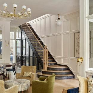 フィラデルフィアの木のトランジショナルスタイルのおしゃれな直階段 (混合材の手すり、パネル壁) の写真