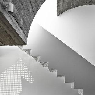 Diseño de escalera recta, contemporánea, pequeña, con escalones de metal, contrahuellas de metal y barandilla de metal