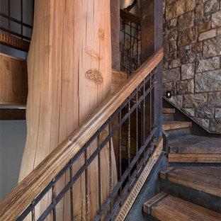 """Immagine di una grande scala a """"L"""" rustica con pedata in legno e alzata in legno verniciato"""