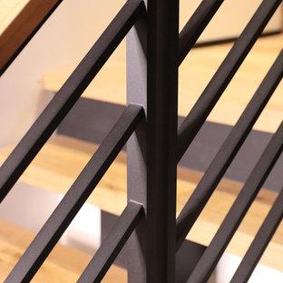 Foto de escalera suspendida, rural, de tamaño medio, sin contrahuella, con escalones de madera y barandilla de metal