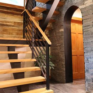 Diseño de escalera suspendida, rústica, de tamaño medio, sin contrahuella, con escalones de madera y barandilla de metal