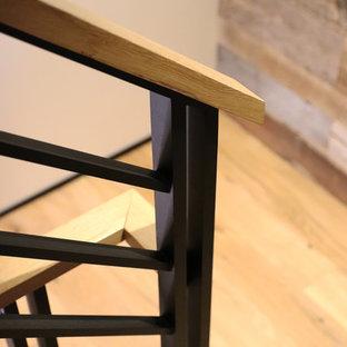 Foto de escalera suspendida, rústica, de tamaño medio, sin contrahuella, con escalones de madera y barandilla de metal