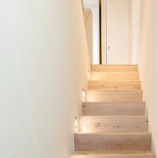 Пример оригинального дизайна: маленькая прямая лестница в современном стиле с деревянными ступенями