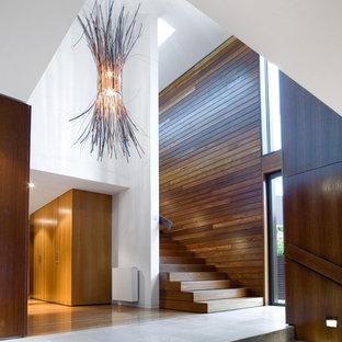 Diseño de escalera recta, actual, grande, con escalones de madera y contrahuellas de madera