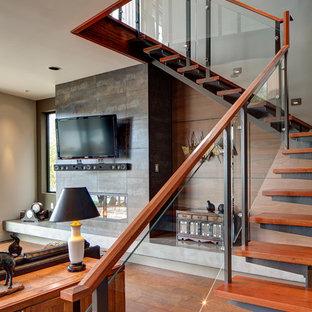 Modelo de escalera en L, minimalista, de tamaño medio, con escalones de madera y contrahuellas de metal