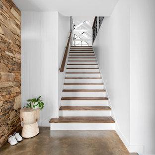 Foto de escalera recta y panelado, contemporánea, de tamaño medio, con escalones de madera, contrahuellas de madera pintada, barandilla de metal y panelado