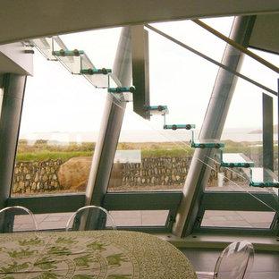 ハンプシャーの中サイズのガラスのインダストリアルスタイルのおしゃれなフローティング階段 (ガラスの蹴込み板) の写真