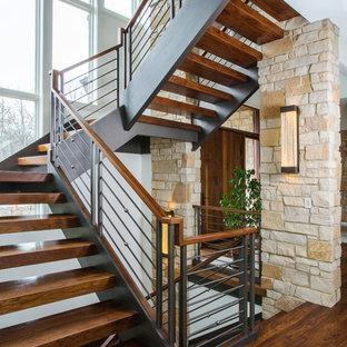 Идея дизайна: большая лестница на больцах в стиле современная классика с деревянными ступенями без подступенок