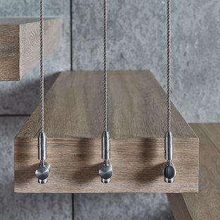 Ispirazione per una scala sospesa moderna di medie dimensioni con pedata in legno