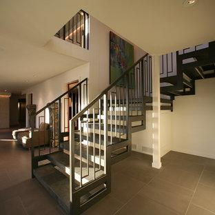 Imagen de escalera suspendida, contemporánea, sin contrahuella, con escalones con baldosas
