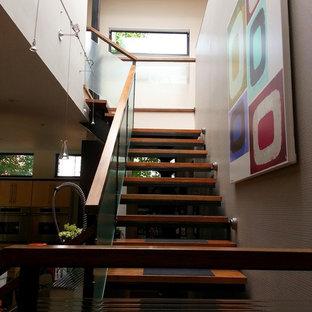 Foto de escalera suspendida, vintage, extra grande, con escalones de madera y contrahuellas de metal