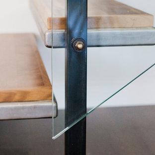 Immagine di una scala sospesa moderna con pedata in metallo e nessuna alzata