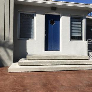 Immagine di una grande scala sospesa minimalista con pedata in cemento e alzata in cemento