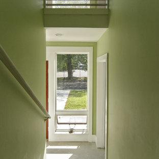 ニューヨークの小さい木のトランジショナルスタイルのおしゃれな折り返し階段 (木の蹴込み板、木材の手すり) の写真